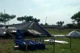 Tenda TPS Pilkades Desa Papringan, Kecamatan Kaliwungu, Kabupaten Kudus, Jawa Tengah porak-poranda diterjang angin kencang, Senin (18/11/2019). (Antara-Aspri)