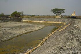 Proyek pembangunan tanggul Kali Lamong, Surabaya. (Antara)