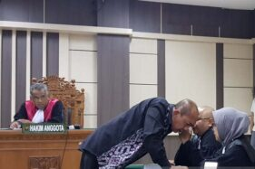 Mantan Bupati Sragen Agus Fatchur Rahman berkonsulatsi dengan penasihat hukumnya saat sidang di Pengadilan Tipikor Semarang, Jawa Tengah, Rabu (20/11/2019). (Antara-I.C. Senjaya)