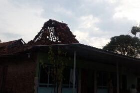 Rumah di Desa Temulus, Kecamatan Mejobo, Kabupaten Kudus, Jawa Tengah, Selasa (12/11/2019), rusak diterjang angin kencang. (Antara-Istimewa)