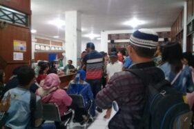 Ratusan warga antre mengurus cetak e-KTP di Kantor Dispendukcapil Sukoharjo, Kamis (21/11/2019). (Solopos/Indah Septiyaning W.)