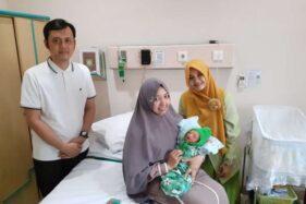 Pasien asal Kelurahan Keprabon, Banjarsari, Solo, Fatmawati Nurul H.K.W., menimang bayi di bangsal Annisa RSIS Yarsis Surakarta, Rabu (20/11/2019). (Solopos-R. Bony Eko Wicaksono)