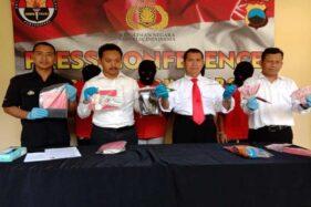 Polisi Wonosobo menunjukkan uang hasil pembobolan ATM yang dilakukan komplotan pencuri asal Lampung, Senin (18/11/2019). (Antara-Heru Suyitno)