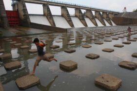 Anak-anak bermain di Dam Colo, Nguter, Sukoharjo. (Solopos-Dok.)
