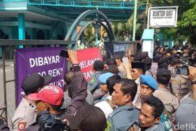 Polisi mengamankan jalannya eksekusi Gedung Astranawa oleh PN Surabaya. (detik.com)