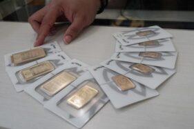 Replika emas batangan Antam. (Bisnis-Himawan L. Nugraha)