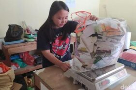 Pegawai tempat fotokopi di Jember menimbang sampah yang dibawa pelanggan. (detik.com)