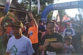 Start Frienship Run dalam rangka Borobudur Marathon 2019 di kawasan Candi Pawon, Kabupaten Magelang, Jateng. (Antara-Heru Suyitno)