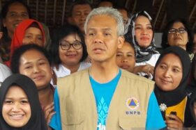 Gubernur Jawa Tengah Ganjar Pranowo mengunjungi Desa Sumber, Kecamatan Dukun, Kabupaten Magelang, Jateng sebagai salah satu desa yang terdampak hujan abu Merapi beberapa waktu lalu. (Antara-Heru Suyitno)