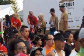 Gubernur Jawa Tenga Ganjar Pranowo buru-buru turun panggung seusai melepas start peserta Borobudur Marathon 2019, Minggu (17/11/2019). (Antara-Heru Suyitno)