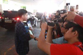 Gibran Rakabuming Raka memberikan keterangan sebelum meninggalkan RS PKU Muhammadiyah Solo, Senin (18/11/2019). (Solopos/Sunaryo Haryo Bayu)