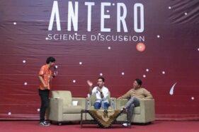 Gibran Rakabuming Raka (tengah), bersama Bayu Skak (kanan) berbincang dengan moderator dalam diskusi Antero: Science Discussion yang diselenggarakan pengelola channel Youtube kok-bisa? di Auditorium Universitas Sebelas Maret (UNS) Solo, Sabtu (23/11/2019). (Solopos - Akhmad Ludiyanto)