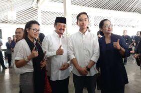 Gibran Rakabuming Raka (kedua kanan) dan Achmad Purnomo berfoto dengan warga saat melayat G.K.R. Galuh Kencana di Sasana Mulyo Solo, Jumat (1/11/2019). (Solopos-Mariyana Ricky P.D.)