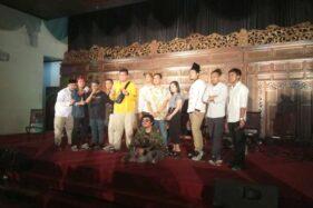Penonton berfoto bersama Gibran-Kaesang dan komika seusai digelar panggung stand up comedy di Graha Saba Buana Solo, Minggu (17/11/2019) malam. (Solopos-Taufiq Sidik Prakoso)