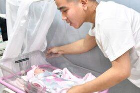Gibran Rakabuming Raka menengok putrinya yang baru lahir pada Jumat (15/11/2019), La Lembah Manah, di bangsal RS PKU Muhammadiyah Solo. (Istimewa/ Agus Suparto)