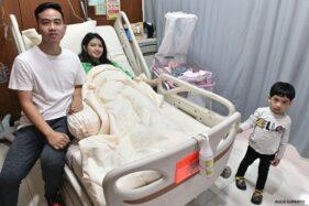 Gibran Rakabuming Raka bersama istrinya, Selvi Ananda, putra pertamanya Jan Ethes Srinarendra, dan anak keduanya yang baru lahir, La Lembah Manah, di bangsal RS PKU Muhammadiyah Solo, Jumat (15/11/2019). (Istimewa/ Agus Suparto)