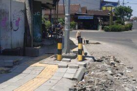 Guiding block bagi penyandang tunanetra di trotoar perempatan Ngemplak, Banjarsari, Solo, setelah dibelokkan menghindari tiang lampu bangjo, Jumat (15/11/2019) siang. (Solopos/Ichsan Kholif Rahman)