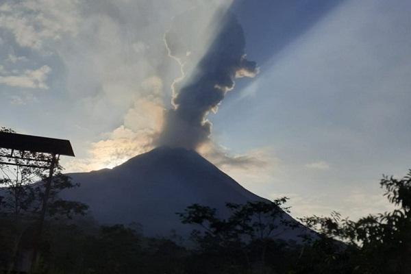 Gunung Merapi Tebar Abu Tipis di Magelang