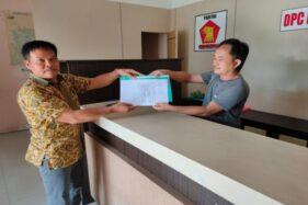 Hartono (kiri) menyerahkan formulir pendaftaran cabup di Kantor DPC Gerindra Wonogiri, Bulusulur, Wonogiri, Jumat (15/11/2019). (Solopos/Rudi Hartono)