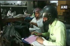 Karyawan di Departemen Kelistrikan di Utar Pardesh, India mengenakan helm saat bekerja di dalam ruangan. (Airnews)