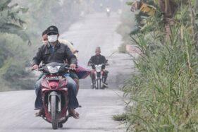 Ilustrasi suasana redup hujan abu vulkanik letusan Gunung Merapi di Muntilan, Kabupaten Magelang, Jawa Tengah, Kamis (24/5/2018). (Antara-Andreas Fitri Atmoko)