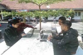 Para pendaftar CPNS di Kabupaten Wonosobo memanfaatkan layanan Internet gratis yang disediakan Dinas Komunikasi dan Informatika setempat, Rabu (13/11/2019). (Antraa-Dinas Kominfo Wonosobo)