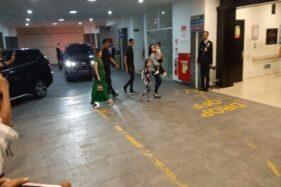 Jan Ethes Srinarendra tiba di RS PKU Muhammadiyah Solo digendong seorang perempuan, Jumat (15/11/2019). (Solopos/Kurniawan)