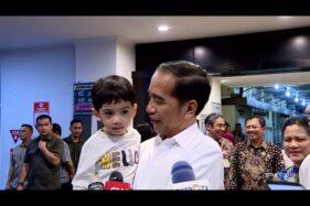 Jan Ethes digendong Joko Widodo (Jokowi) setelah kelahiran anak kedua Gibran Rakabuming Raka di RS PKU Muhammadiyah Solo, Jumat (15/11/2019). (Istimewa/ Youtube Sekretariat Presiden)