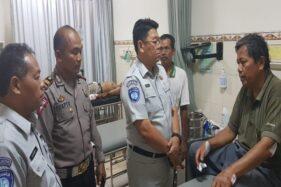 Kepala Jasa Raharja Cabang Utama Jawa Tengah Haryo Pamungkas mengunjungi korban luka-luka dalam kecelakaan lalu lintas tol Kanci di RS Bhakti Asih Brebes dan RSUD Brebes, Senin (11/11/2019). (Antara-Jasa Raharja)