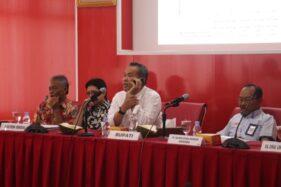 Bupati Wonogiri, Joko Sutopo, menelepon Direktur Utama PT RUM, Pramono, saat mediasi antara PT RUM dan masyarakat Wonogiri di Gedung Setda Wonogiri, Jumat (22/11/2019). (Istimewa/Humas Setda Wonogiri)