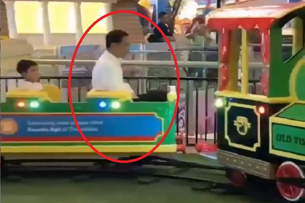 Jokowi Naik Kereta Mini Bareng Jan Ehtes, Netizen: Masa Kecil Kurang Bahagia, Pak?