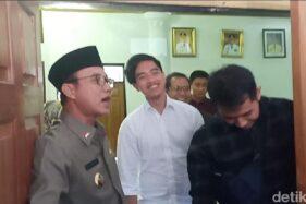 Bupati Ngawi, Budi Sulistyono (kiri), menemani Kaesang Pangarep (tengah) saat berkunjung ke Ngawi. (detik.com)