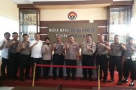 Kapolres Batang AKBP Edi Suranta Sinulingga bersama Waka Polres Kompol Hartono dan para anggotanya berfoto bersama seusai meresmikan Media Manajemen Center, Senin (11/11/2019). (Antara-Kutnadi)
