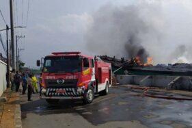 KM Cahaya Mandiri, sebuah kapal pengangkut barang antarpulau terbakar di saat bersandar di Pelabuhan Tanjung Emas Semarang, (21/11/2019). (Antara-I.C.Senjaya)