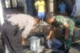Polisi memeriksa bekas material yang terbakar. (detik.com)
