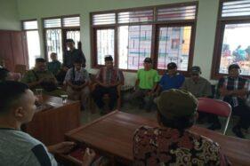 Sejumlah ketua rukun tetangga/rukun warga (RT/RW) berdiskusi dengan Kepala Desa Duwet, Suparno, di kantor kepala desa setempat, Rabu (13/11/2019). (Solopos/Bony Eko Wicaksono)