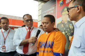 Polisi menginterogasi salah satu kontraktor pelaksana proyek pembanguna SDN Gentong di Pasuruan. (Detik.com)