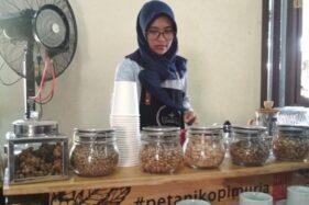 Perempuan barista asal Kecamatan Dawe, Kabupaten Kudus, Jawa Tengah meracik kopi. (Antara)