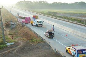 Polisi mengevakuasi bus yang menabrak truk di tol Gempol-Pasuruan. (detik.com)