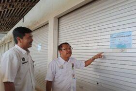 Kepala Dinas Perdagangan dan Koperasi Kabupaten Batang Subiyanto (kanan), Kamis (21/11/2019), menunjukkan kios di Pasar Induk Batang yang bakal dilelang. (Antara-Kutnadi)