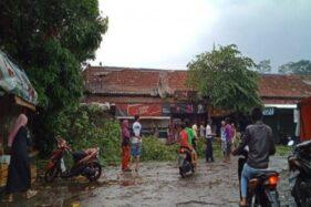 Hujan Deras Disertai Angin Kencang, 6 Rumah di Batang Roboh