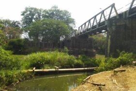 Pipa besar di dasar sungai Bengawan Solo mengeluarkan limbah pekat hitam, panas, dan berbau busuk di Sukoharjo-Wonogiri, Rabu (22/11/2019). (Solopos/Cahyadi Kurniawan)