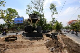 Tugu Wahana Tata Nugraha tengah dibongkar untuk digantikan dengan patung Bung Karno naik kuda di Jl. Ir. Sutami, Jurug, Jebres, Solo, Rabu (13/11/2019). (Solopos/Nicolous Irawan)