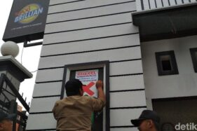 Petugas Satpol PP Kota Blitar menyegel tempat karaoke Maxi Brillian tahun lalu. (detik.com)