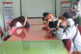 Sejumlah pasangan tidak resmi yang terjaring razia tim gabungan dikumpulkan di Aula Satpol PP Kudus, Jawa Tengah, Kamis (14/11/2019). (Antara-Satpol PP Kudus)