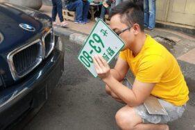 DAN, mahasiswa di Bandung, Jabar yang kedapatan menggunakan pelat nomor asing di mobilnya. (Detik.com)