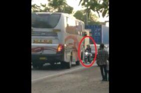 Viral! Bus Mira Lawan Jalur Diadang Pemotor di Sragen