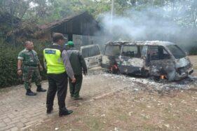Mobil Suzuki Futura milik Susanto ludes terbakar di Jalan Desa Setono, Ngrambe, Ngawi, Jumat (22/11/2019) siang. (Istimewa/Polsek Ngrambe)