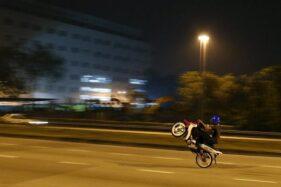 Ilustrasi pengendara sepeda motor ugal-ugalan. (Reuters-Olivia Harris)