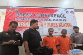 Dua tersangka narkoba, ABS dan BS, warga Plawikan, Jogonalan, saat berada di Mapolres Klaten, Selasa (12/11/2019). (Solopos/Ponco Suseno)